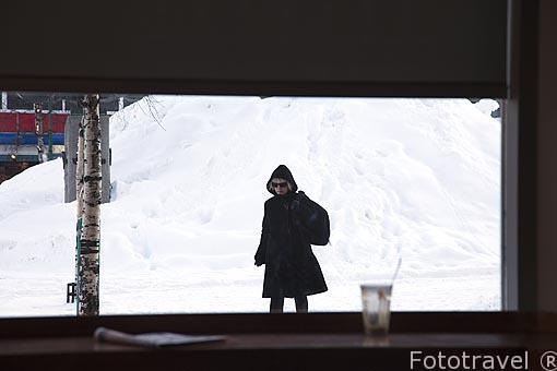 Paseando en calle Havne. Ciudad de Tromsø en invierno. Noruega