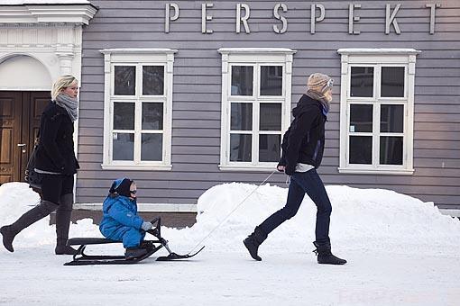 Chicas paseando frente al Museo de la Perspectiva, construido por el comerciante Mack, 1838. Estilo Imperio de Bergen. Ciudad de Tromso. Noruega