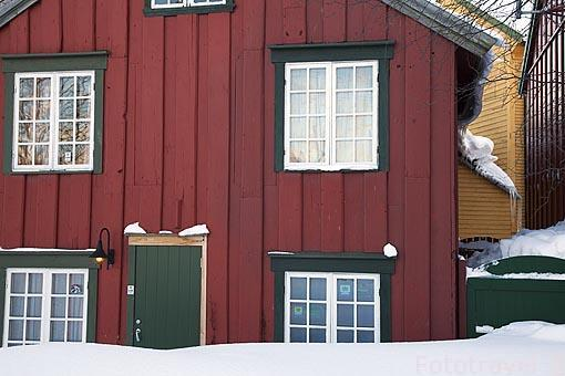 Casa de madera. Ciudad de Tromsø en invierno. Noruega
