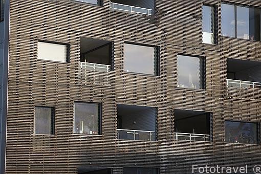 Fachada de una casa de construcción moderna junto al puerto. Ciudad de Tromsø en invierno. Noruega