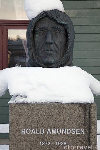 Escultura al explorador Roald Amundsen. Tromsø en invierno. Noruega