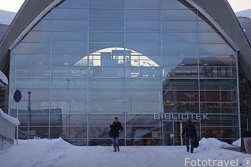 Fachada de la moderna biblioteca de la ciudad. Tromsø en invierno. Noruega