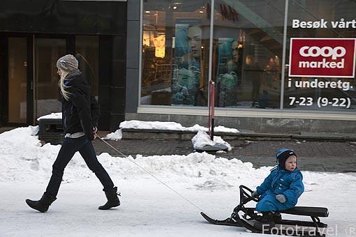 En patin por la calle Storgata. Ciudad de Tromsø en invierno. Noruega