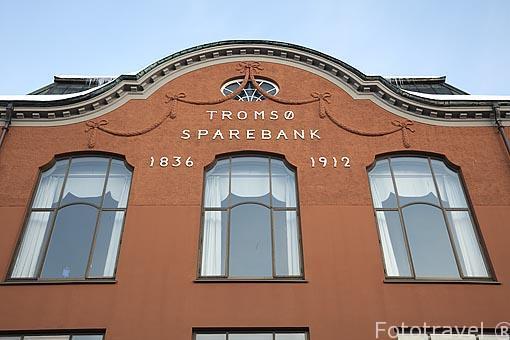 Fachada del banco SpareBank entre 1836 y 1912. Calle Storgata. Ciudad de Tromsø en invierno. Noruega