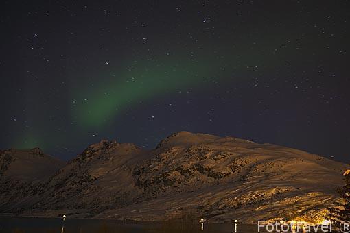 Aurora boreal sobre las montañas que rodean la ciudad Tromsø / Tromso. Noruega