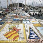 Diversas pintadas en el suelo realizadas por marineros que amarran sus barcos. Puerto deportivo de Horta. Isla de FAIAL. Azores. Portugal
