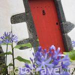 Puerta colorida y roca volcanica. Poblacion de Varadouro. Isla de FAIAL. Azores. Portugal