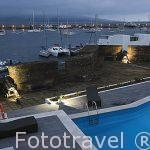 Vista de la piscina y el puerto deportivo desde la Pousada Santa Cruz en el interior de la fortaleza. Horta. Isla de FAIAL. Azores. Portugal