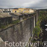 Dentro de un recinto amurallado se encuentra la Pousada de Sao Sebastiao. Acantilados sobre el mar. En la poblacion de Angra do Heroismo.Isla de TERCEIRA