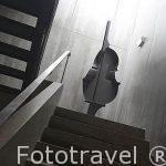 Escaleras y moderna escultura. Pousada de Sao Sebastiao. En la poblacion de Angra do Heroismo.Isla de TERCEIRA. Azores. Portugal