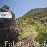Cartel y camino que asciende al pico (2351 metros). La montaña mas alta de Portugal. Isla de PICO