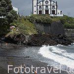 Playa de arena volcanica do Populo e iglesia en el pueblo San Roque. Isla de SAO MIGUEL.