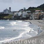 Playa de arena volcanica Das Milicias e iglesia en el pueblo San Roque. Isla de SAO MIGUEL