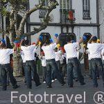 Jovenes tocando castañuelas en el pueblo de Rabo de Peixe con motivo de la fiesta del Espiritu Santo. Isla de SAO MIGUEL