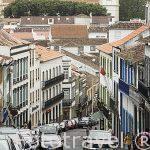 Calle rua do Gallo en el centro historico de la ciudad de Angra do Heroismo. Isla de TERCEIRA.