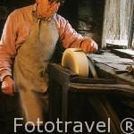 El Sr. Antonio Magadán trabajando en su taller de navajas y cuchillos. Pueblo de BRAÑAVELLA. Zona de Oscos. Asturias. España