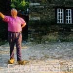 Ganadero con sus madreñas y horca en el pueblo de BARREIRAS. Comarca de Oscos. Asturias. España