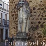 Escultura de un caballero con armadura y espada. Puerta de Burgos. JEREZ DE LOS CABALLEROS. Provincia. Badajoz. Extremadura. España