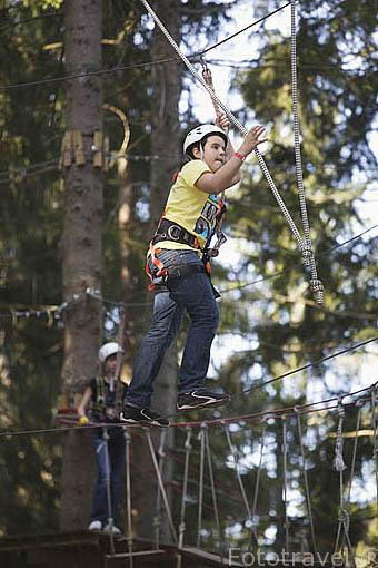 Actividades deportivas en el bosque con la empresa Action Forest. Población de TITISEE- Neustadt. Zona de la Selva Negra. Alemania - Germany