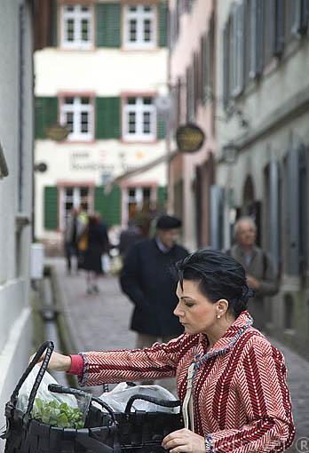 Chica y callejuela junto a la plaza del Mercado. Casco histórico de la ciudad Patrimonio de la UNESCO de FREIBURG. Zona sur de la Selva Negra. Alemania - Germany