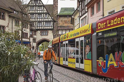 """Puerta de Suavia """"Schwabentor"""" y tranvia. Casco histórico de la ciudad Patrimonio de la UNESCO de FREIBURG - FRIBURGO. Zona sur de la Selva Negra. Alemania - Germany"""