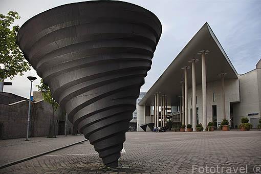 Escultura y detras el edificio del Konzerthaus o sala de conciertos / eventos. Ciudad patrimonio de la UNESCO de FREIBURG - FRIBURGO. Zona sur de la Selva Negra. Alemania - Germany