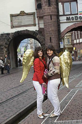 Jovenes vestidas de cupido buscando solteros para una fiesta nocturna. Ciudad patrimonio de la UNESCO de FREIBURG. Zona sur de la Selva Negra. Alemania - Germany