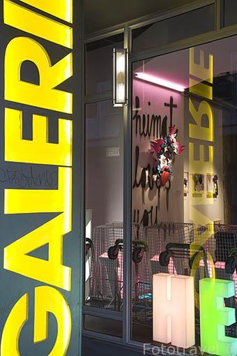 Galeria de arte Springmann. Exposición de relojes de cuckoo del artista Stefan Strumbel. En Grünwälderstrasse, 14. Ciudad Patrimonio de la UNESCO de FREIBURG - FRIBURGO. Zona sur de la Selva Negra. Alemania - Germany
