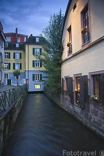 Calle de Oelmuble en el barrio de Insel junto a un canal. Ciudad Patrimonio de la UNESCO de FREIBURG. Zona sur de la Selva Negra. Alemania - Germany