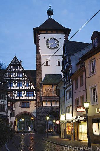"""Puerta de Suavia """"Schwabentor"""" y la calle Oberlinden. Casco histórico de la ciudad Patrimonio de la UNESCO de FREIBURG - FRIBURGO. Zona sur de la Selva Negra. Alemania - Germany"""