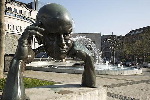 """Escultura """"Denkpartner"""" por Von Hans-Jorg Limbach, 1980. Plaza de Borsenplatz. Ciudad de STUTTGART. Zona de la Selva Negra. Alemania - Germany"""