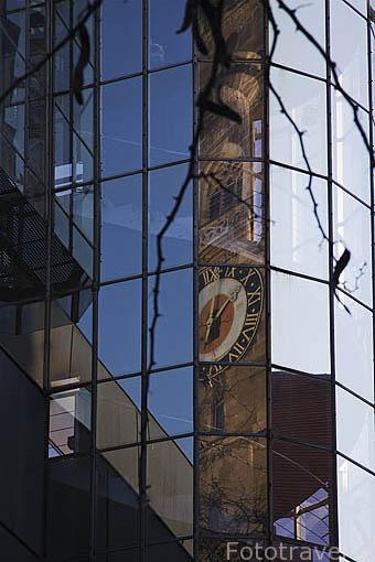 Reflejo de un reloj sobre la fachada de un edficio. STUTTGART. Selva Negra, Alemania. Germany.