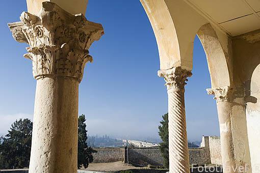 Arcos del pórtico neogótico. Interior de la alcazaba arabe. MERIDA. Ciudad Patrimonio de la Unesco. Badajoz. Extremadura. España