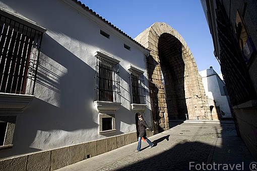 Arco de Trajano, tiene 15 metros de altura, situado en la antigua via principal Kardo Maximus (norte a Sur). Ciudad de MERIDA, Patrimonio de la Unesco. Badajoz. Extremadura. España
