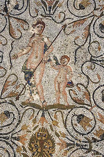 Detalle de la parte superior del mosaico de la Pisa de la Uva. Casa del Anfiteatro. MERIDA. Ciudad Patrimonio Unesco. Badajoz. Extremadura. España