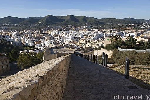 Camino que se recorre junto a las murallas renacentistas. Al fondo la ciudad más moderna de IBIZA. Islas Baleares. España