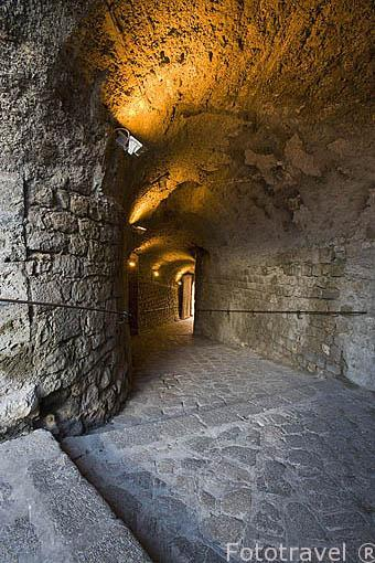 Estrecha entrada a la muralla por el Porton Nuevo, s.XVI en la parte baja del baluarte de Sant Pere. Parte alta del casco historico patrimonio de la UNESCO de IBIZA. Islas Baleares. España