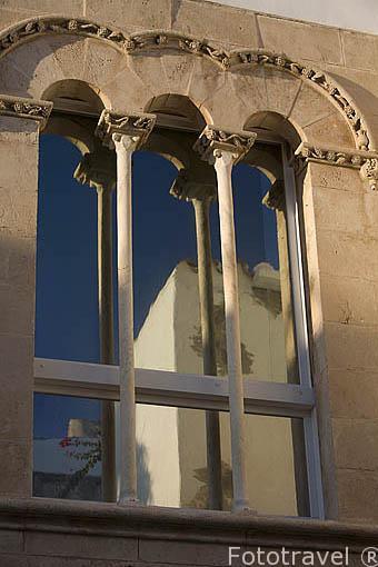 Bonita ventana en la fachada del museo Puget, del s. XV, gotico de influencia catalana. Parte alta del casco historico patrimonio de la UNESCO de IBIZA. Islas Baleares. España