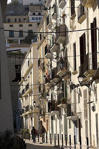 Calle de Manuel Sora. En lo alto, al fondo el barrio de Dalt Vila. Casco historico es patrimonio de la Humanidad, UNESCO. Ciudad de IBIZA. Islas Baleares. España