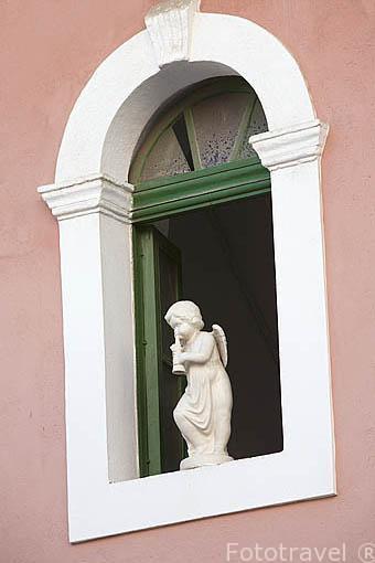 Una escultura de un angel en la ventana de una vivienda. Barrio de La Marina. Ciudad de IBIZA. Islas Baleares. España