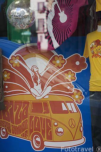 Colorida ropa al estilo de los años 70 en una tienda del barrio de La Marina. Ciudad de IBIZA. Islas Baleares. España