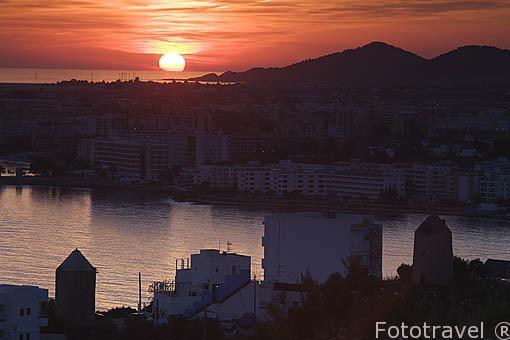 Atardecer sobre la ciudad de IBIZA. Islas Baleares. Mar Mediterraneo. España