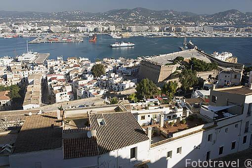 Barrio de La Marina visto desde las murallas de la ciudad. A la derecha el baluarte de Santa Llucia Parte alta del casco historico patrimonio de la UNESCO de IBIZA. Islas Baleares. España
