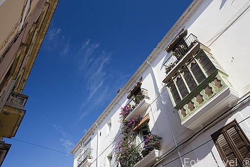 Ventanas y balcones en la plaza des Parc. Ciudad de IBIZA, patrimonio de la Humanidad, UNESCO. Mar Mediterraneo. Islas Baleares. España