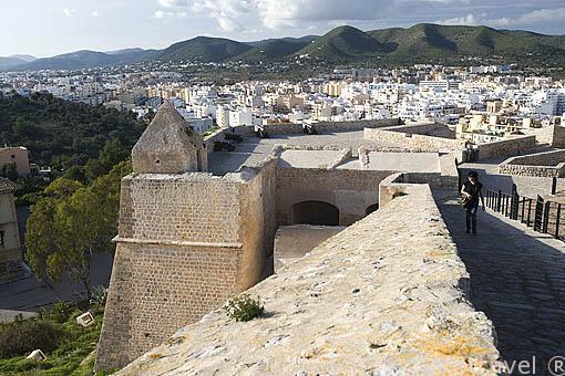 Vista sobre el baluarte de Sant Jaume desde el baluarte de Sant Jordi. Casco historico de la ciudad de IBIZA, patrimonio de la humanidad, UNESCO. Islas Baleares. España