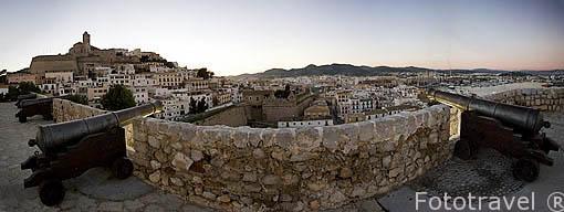 Cañones en el baluarte de Santa Llucia mirando a la ciudad patrimonio de la UNESCO de IBIZA. Islas Baleares. Mar Mediterraneo. España