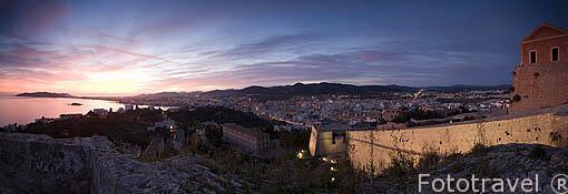 Atardecer sobre la ciudad de IBIZA, desde el baluarte de Sant Jordi y las murallas. A la derecha esta parte del complejo del castillo. Ciudad patrimonio, UNESCO. Islas Baleares. España
