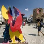 Escultura colorida en fibra de vidrio del artista Cristobal Gabarrón en la Plaza Mayor. CACERES. Ciudad Patrimonio de la Humanidad. Extremadura. España