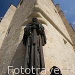 Escultura de San Pedro de Alcantara. En una esquina junto a la Concatedral de Santa María. CACERES. Ciudad Patrimonio de la Humanidad. Extremadura. España