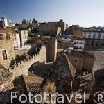 Vista del Arco de la Estrella o Puerta Nueva, s.XVIII junto al Palacio Episcopal y a la der.la Plaza Mayor. CACERES. Ciudad Patrimonio de la Humanidad. Extremadura. España